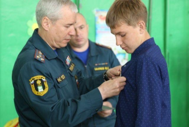 Юного зауральца наградили медалью МЧС России