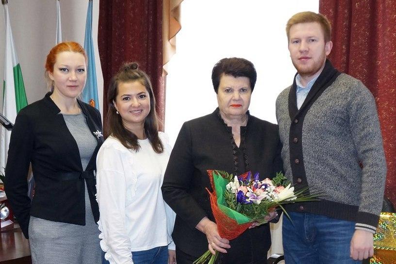 Шадринские активисты чествуют залуженных учителей РФ