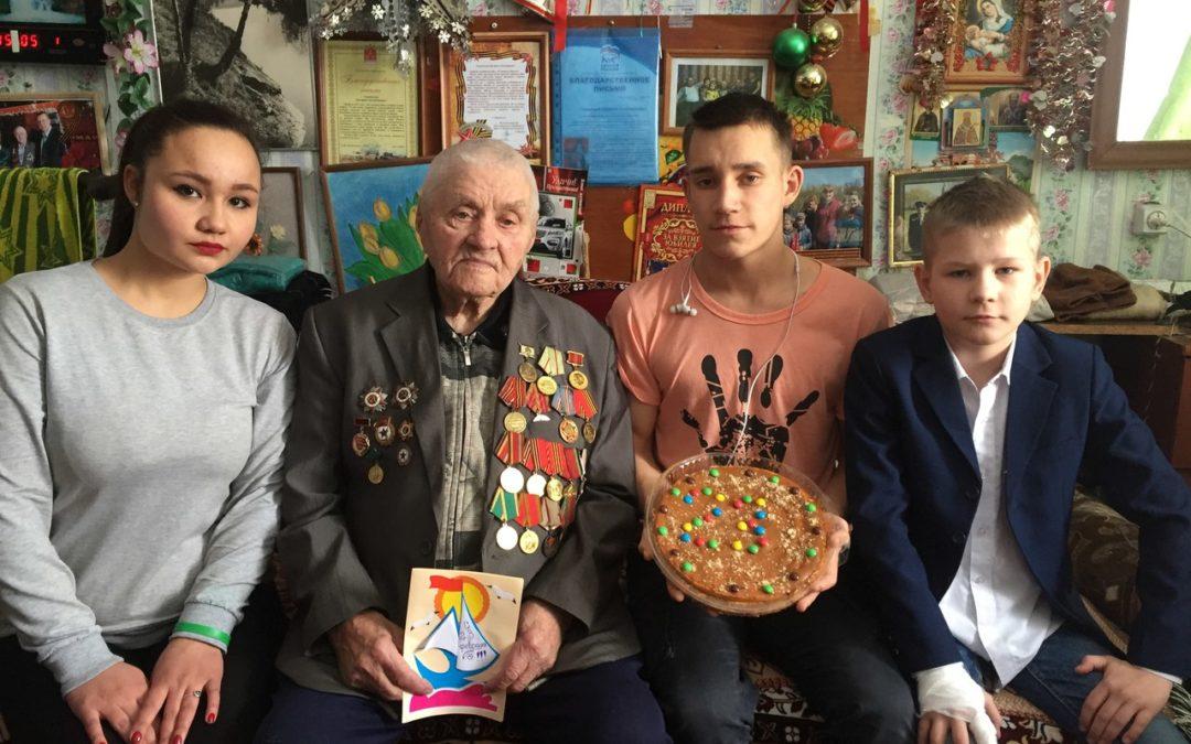 Далматовская молодежь поздравила ветеранов