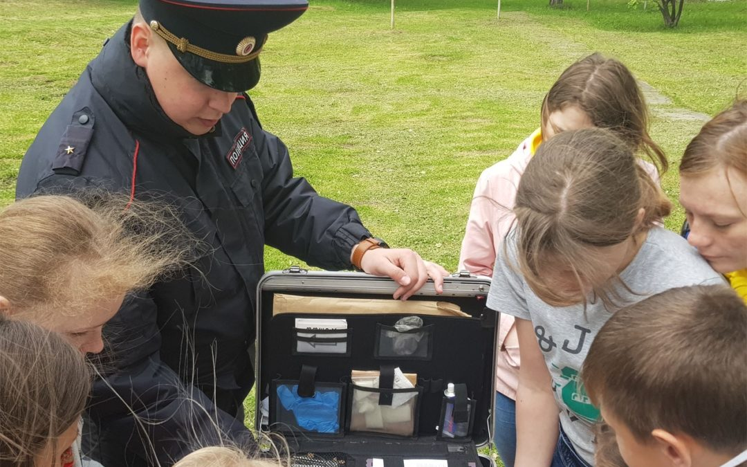 Шадринские дети снимали отпечатки и катались на «бобике»