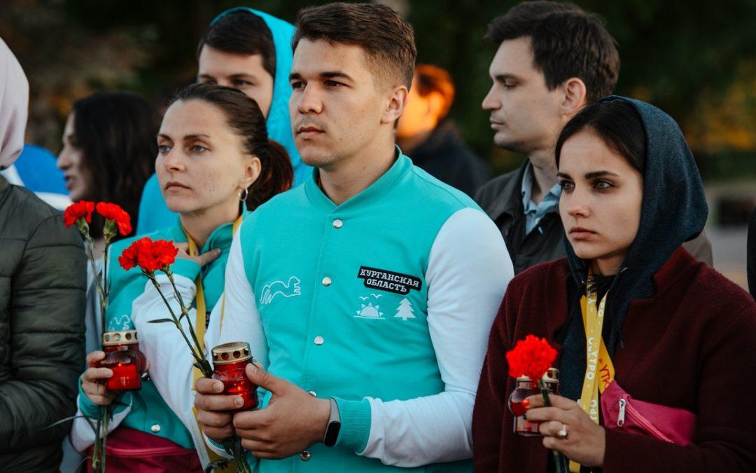 Участники форума «УТРО-2019» возложили цветы к «Вечному огню»