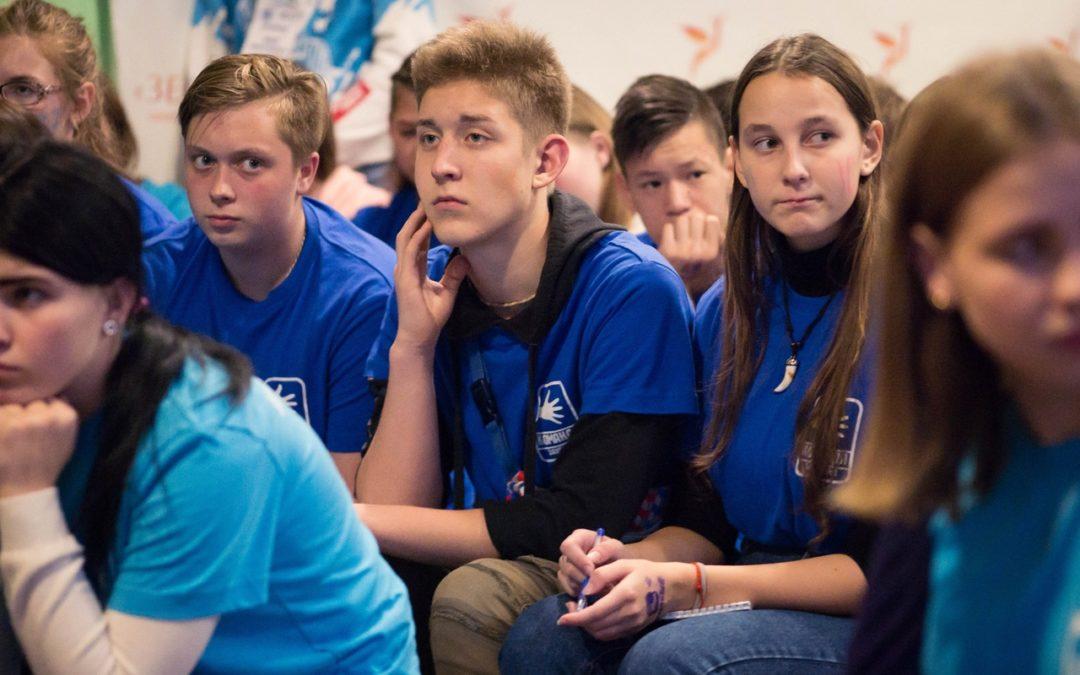 Школьники пообщались в «Диалоге на равных» с молодым общественником