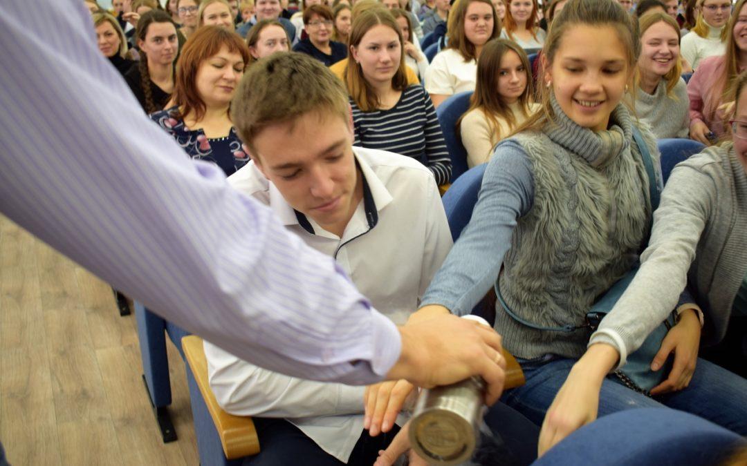 Школьникам показали, как создаются чудеса