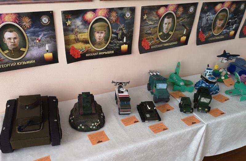 В Каргаполье открылась выставка моделей военной техники