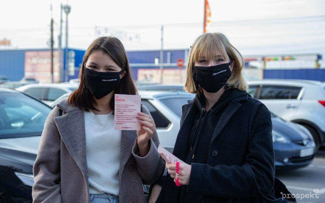 Молодежи раздавали маски на входе в торговый центр